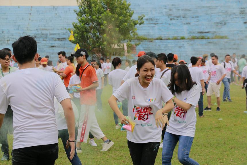 """Sau phần phát biểu của PTGĐ FPT Hoàng Việt Anh cùng màn thổi nến và cắt bánh sinh nhật, hàng nghìn người nhà F bắt đầu """"quẩy"""" hết mình bằng màn tùng bộ màu."""