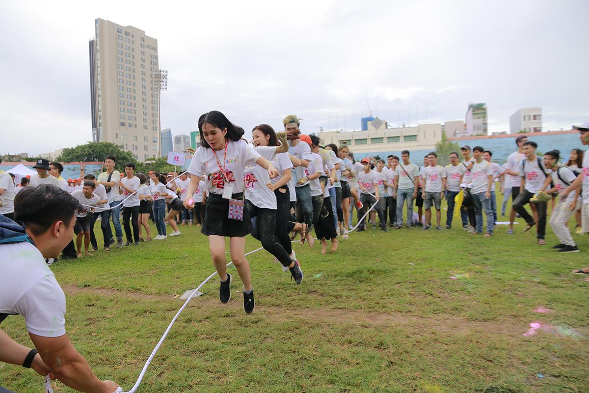 Nhảy dây tập thể quy tụ số lượng VĐV tham gia hùng hậu. Có tổng cộng 15 người (2 người cầm dây và 13 người nhảy) tham gia nhảy cùng một lúc.