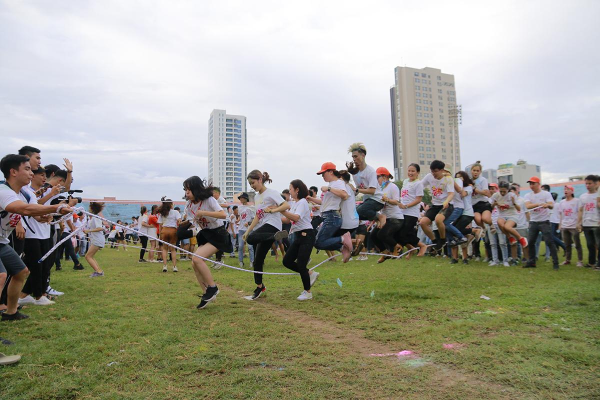 Khối Giáo dục và FPT Software với đội hình trẻ đã sớm thể hiện được sự vượt trội trong quá trình nhảy.