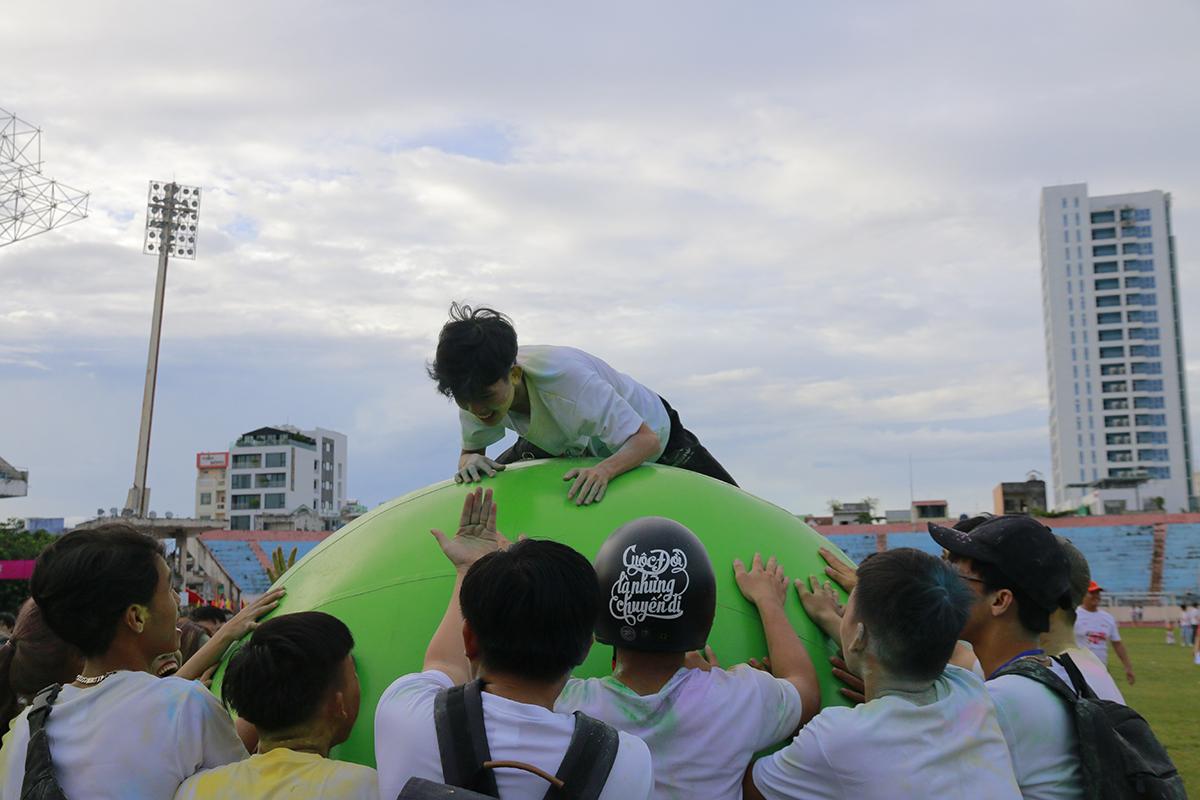 Lăn bóng khổng lồ cũng hấp dẫn không kém. Mỗi đơn vị có 31 người tham gia, 30 người lăn bóng và 1 người ngồi trên bóng.