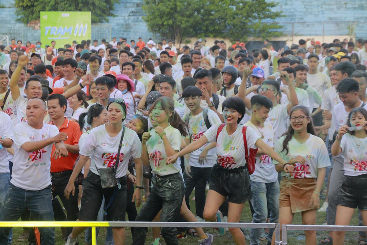 Sân vận động Chi Lăng còn bủng nổ với đường chạy Color Fest và đại nhạc hội với sự góp mặt của ca sĩ khách mời Trọng Hiếu.
