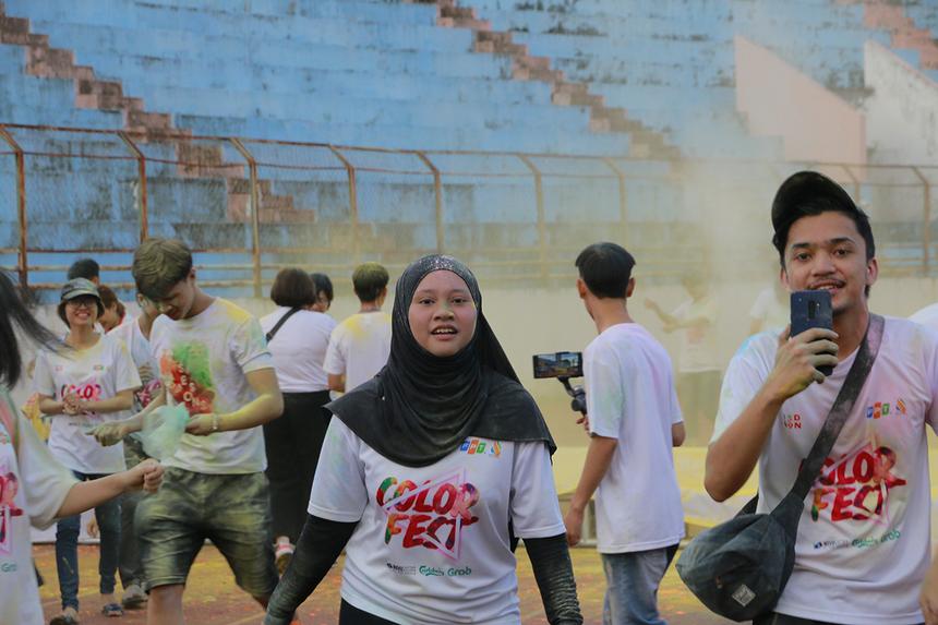 Một nhóm bạn trẻ tranh thủ vừa chạy vừa quay phim để lưu lại khoảnh khắc đặc sắc của lễ hội.