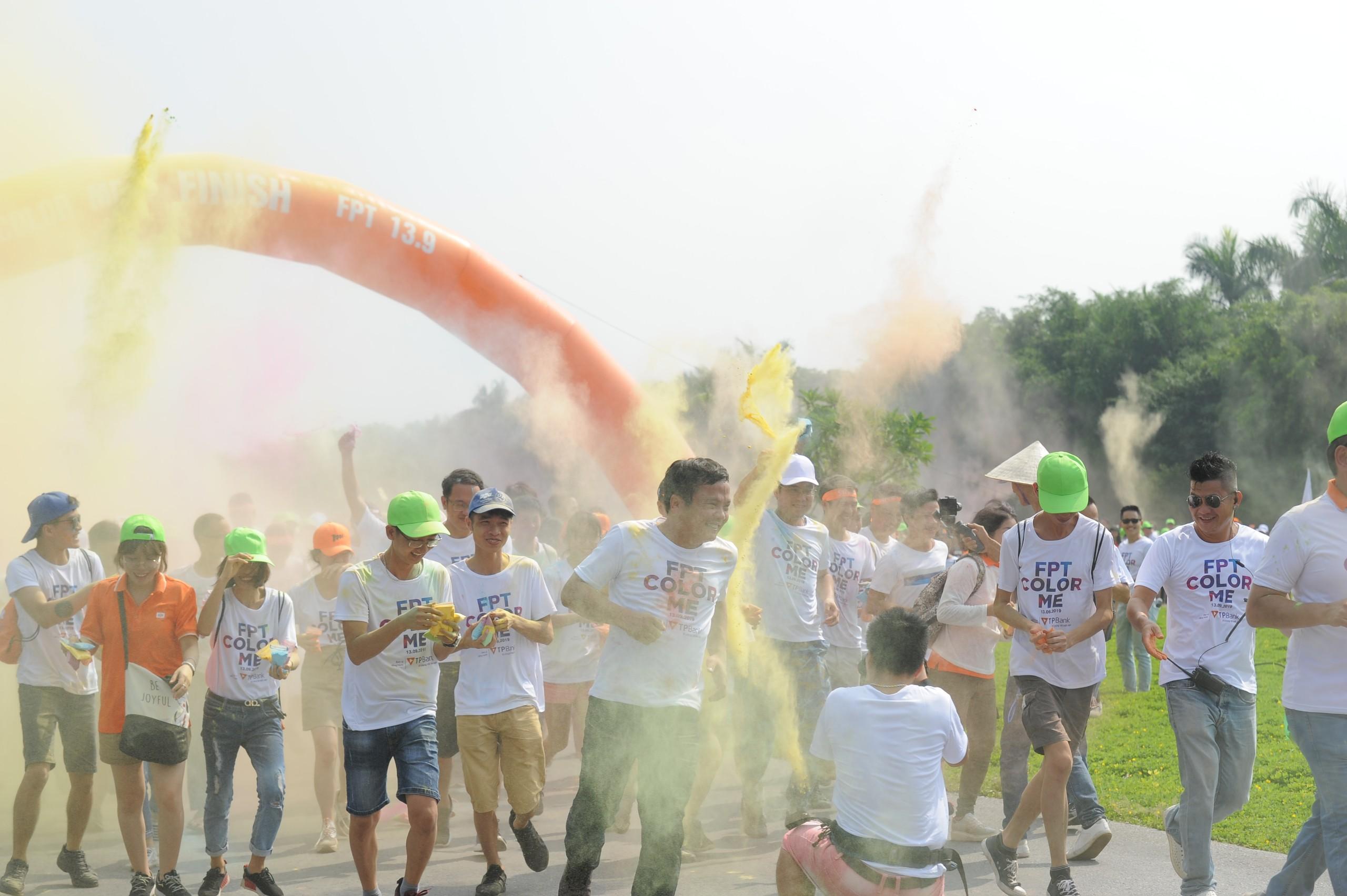 Từ 9h10 ngày 13/9, hơn 4.500 người FPT cùng tham gia Color Me tại Khu đô thị Ecopark, Hưng Yên. Ngay tại cổng xuất phát, CEO FPT Nguyễn Văn Khoa đã bị tấn công bởi hàng đợt ném màu của CBNV.