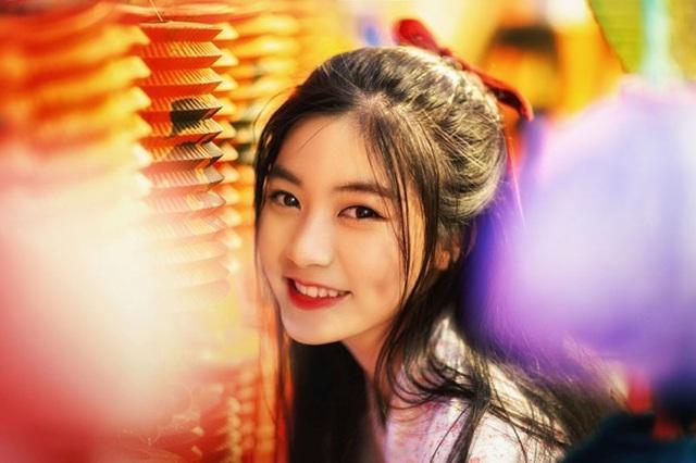 Bộ ảnh mới đây của Nam Phương được thực hiện theo concept nhân mùa Trung thu với bối cảnh là phố lồng đèn Lương Nhữ Học (quận 5).