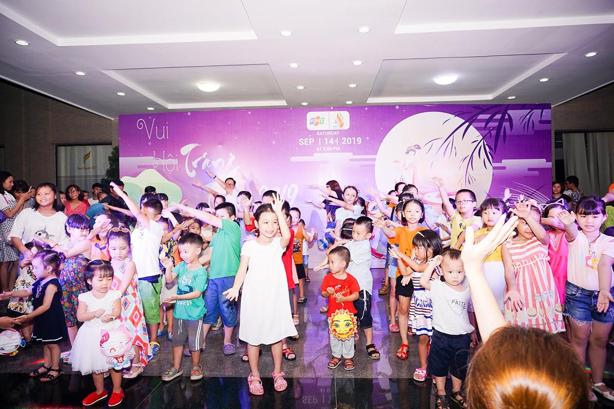 Bên cạnh giao lưu với chú Cuội và chị Hằng, các bé được giao lưu bằng những tiết mục văn nghệ kèm theo quà dành tặng trên sân khấu.