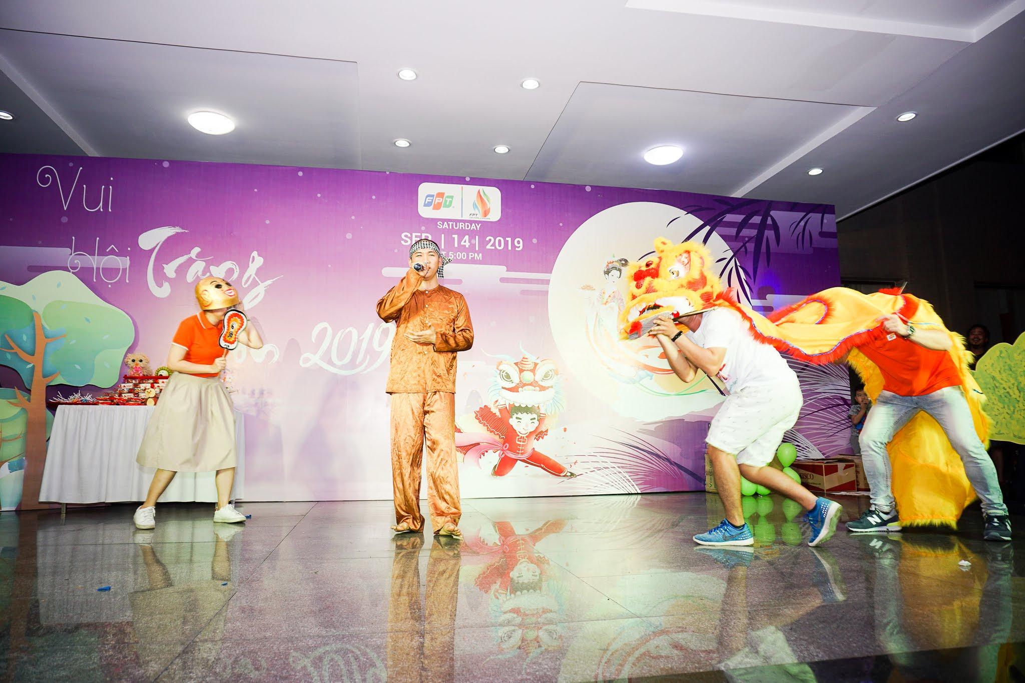 Phụ huynh và các bé còn tham gia giao lưu múa lân ngay trên sân khấu...