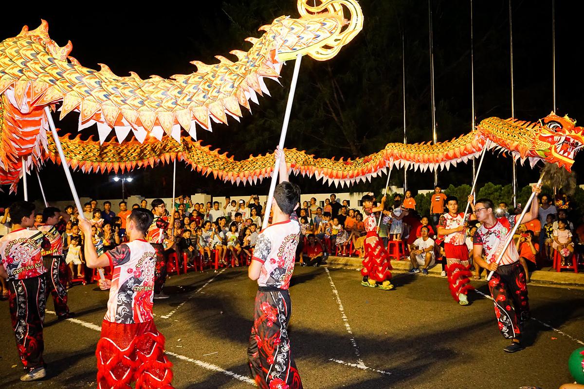 Đội Lân sư rồng xuất hiện trong sự náo nhiệt của FPT Small. Các động tác biểu diễn đậm nét võ cổ truyền của dân tộc Việt Nam.