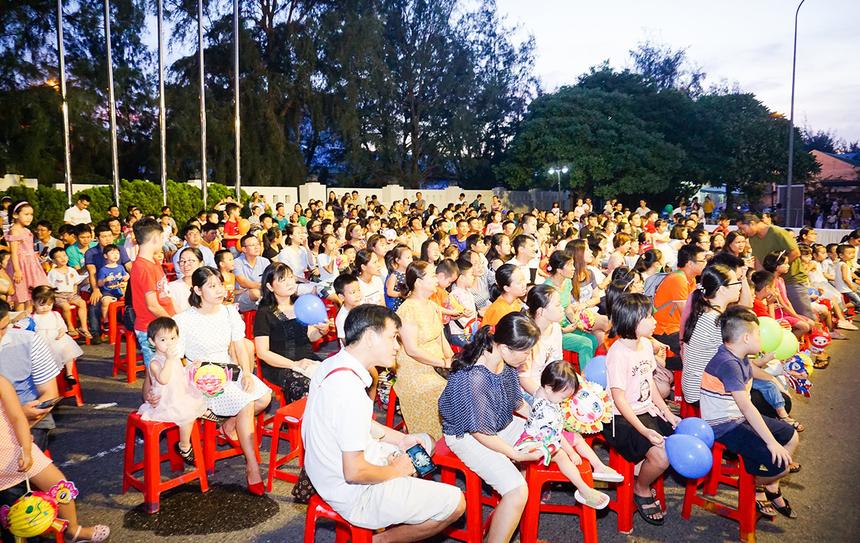 Để tiện theo dõi đội lân biểu diễn, các gia đình nhà F được bố trí ghế ngồi phía trước sân khấu.
