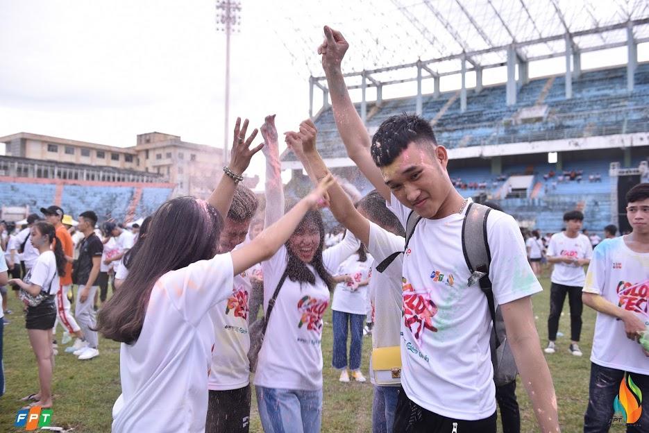 Phút phấn khích của một nhóm bạn trẻ FPT.
