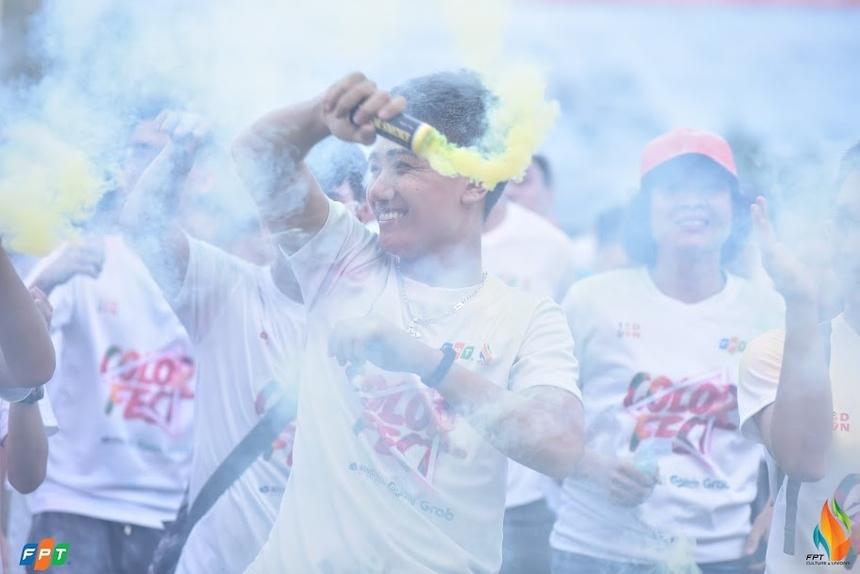 """Không khí lễ hội tưng bừng, nhiều tiếng cười và cảm hứng mới mẻ. Tại Hà Nội, sự kiện diễn ra cả ngày 13/9, với 4.500 người tham dự. Bên cạnh màn đồng diễn hoành tráng như mọi năm, 13/9 lần có thêm đường chạy sắc màu Color me run và lễ hội âm nhạc sôi động với DJ. Trong khi đó, Hội diễn vào buổi tối sẽ là thời gian lắng đọng, nghiêm túc nhìn vào thực trạng của FPT. Hội thao 13/9 diễn ra buổi sáng tại Ecopark được mở màn bằng tiết mục đồng diễn từ 7 đơn vị thành viên. Mỗi công ty tượng trưng màu sắc riêng biệt. Tiết mục biểu diễn có thể chọn thể loại đa dạng như cheerleader, aerobic... trong thời gian 3 phút. Ở phía Nam, Lễ hội Ánh trăng mừng sinh nhật FPT bắt đầu từ 16h30 ngày 11/9 tại Công viên Hồ Bán nguyệt - Cầu Ánh Sao, đường Tôn Dật Tiên, Phú Mỹ Hưng, quận 7, TP HCM. Chương trình lần đầu được tổ chức quy tụ hàng nghìn người nhà F với loạt sự kiện: cuộc thi những chiếc đèn lồng """"Siêu khổng lồ"""" đến từ các đơn vị FPT HCM cùng đọ sức xem đèn lồng đơn vị nào sẽ rực rỡ nhất; gian hàng trò chơi hấp dẫn; lễ hội ẩm thực với đồ ăn miễn phí và bia."""