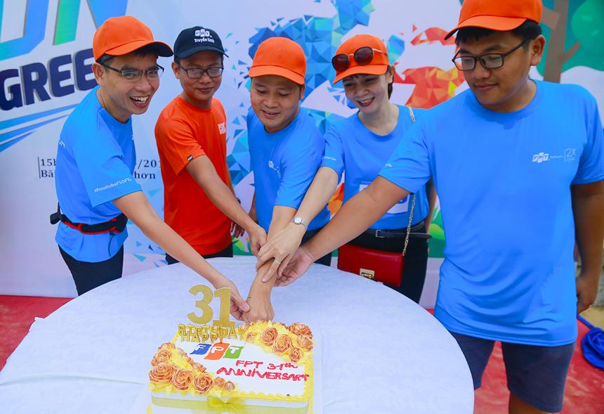 Lãnh đạo FPT tại Bình Bịnh thực hiện nghi thức thổi nến và cắt bánh mừng sinh nhật Tập đoàn tuổi 31.