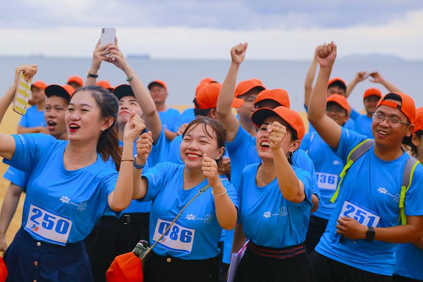 Hàng trăm người FPT Quy Nhơn không ngừng cổ động và dùng điện thoại lưu lại khoảnh khắc đẹp bên nhau.