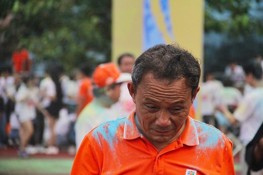 """Hiệu trưởng FPT School cơ sở Đà Nẵng - anh Lê Văn Duẫn nhiều lần bị """"chịu trận"""" bột màu. Tuy nhiên, anh không vì thế mà bỏ cuộc chơi."""