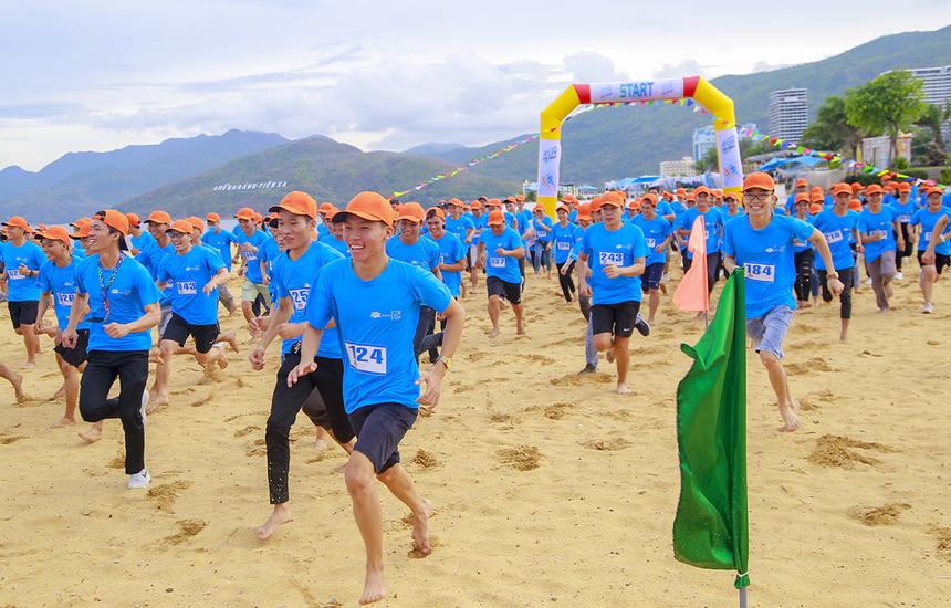 Các runner bắt đầu hành trình chinh phục quãng đường trên bãi biển Quy Nhơn. Thời tiết không quá nắng tạo điều kiện thuận lợi để người nhà F tham gia sân chơi.