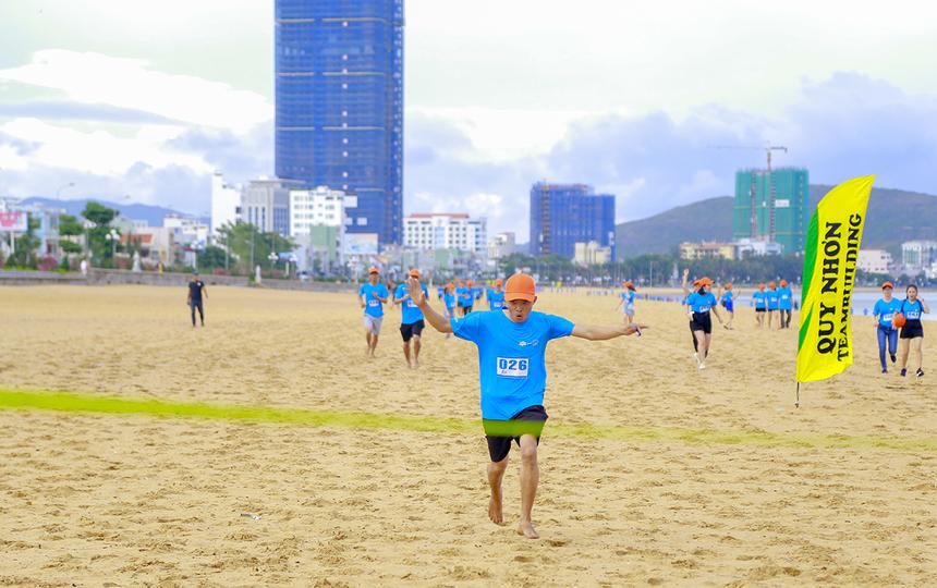 Ban tổ chức còn phát nón cam miễn phí cho các runners và hỗ trợ các VĐV nhà F trên đường chạy.Thay vì chọn cách đi bộ thong thả, các VĐV nhà F tại Quy Nhơn nhanh chóng bức tốc độ.