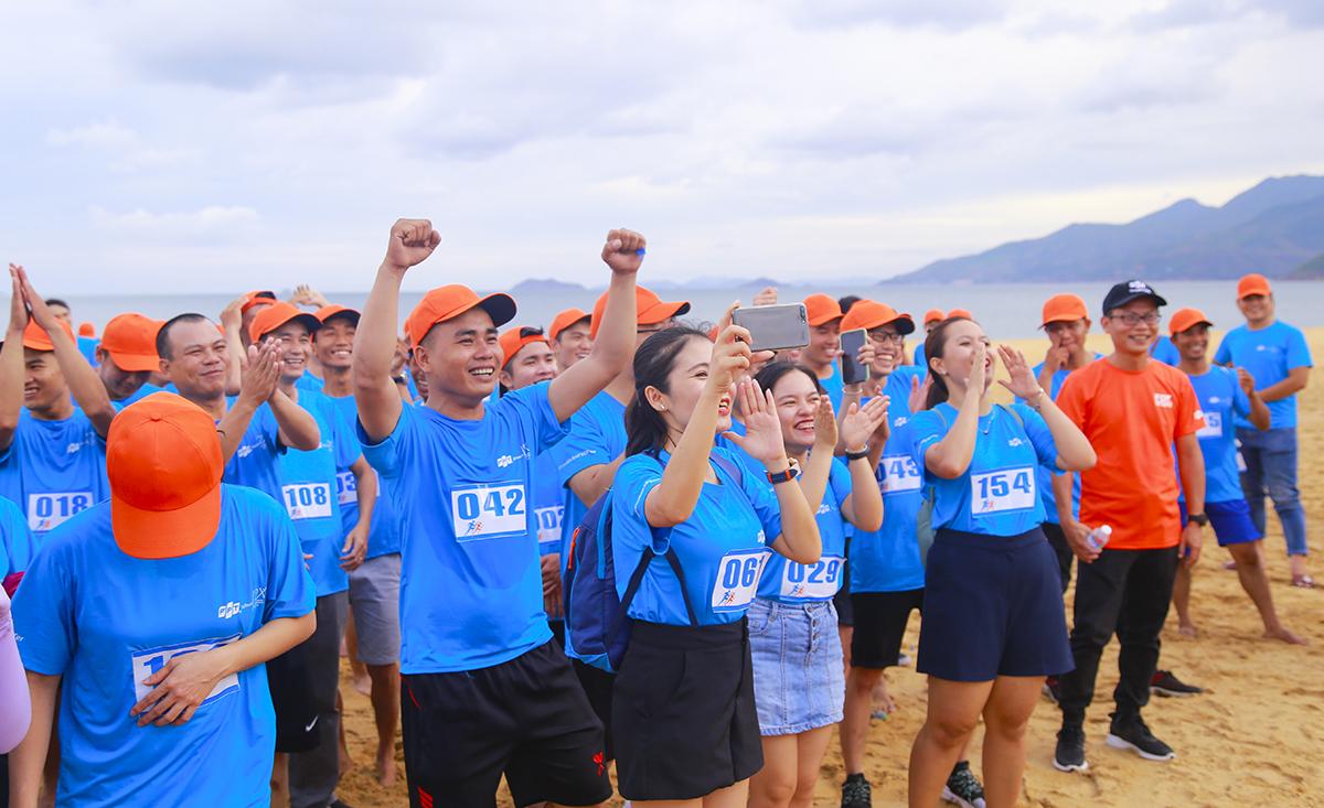Kết thúc đường chạy, Ban tổ chức tiến hành trao giải. Các đơn vị liên tục cổ động và chúc mừng những VĐV đạt giải.