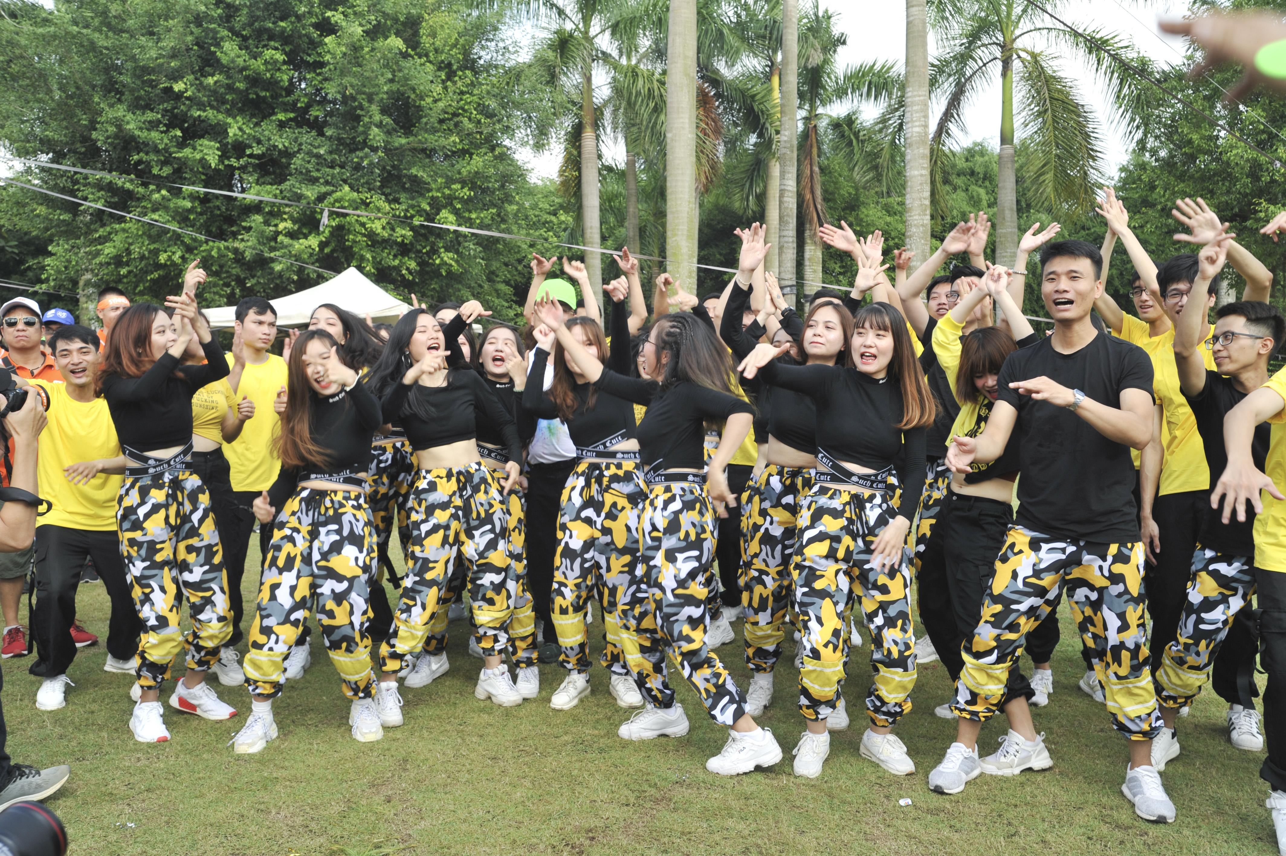 Đội nhảy đồng diễn của FPT Software 'quẩy' hết mình dù chưa lên sân khấu.