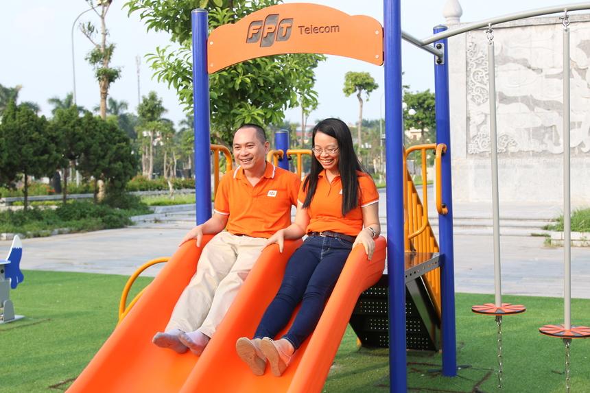 Đến từ sớm, Chủ tịch Chu Thanh Hà và PTGĐ Hoàng Trung Kiên cùng nghiệm thu công viên và các trang thiết bị cho sân chơi trước lễ khánh thành.