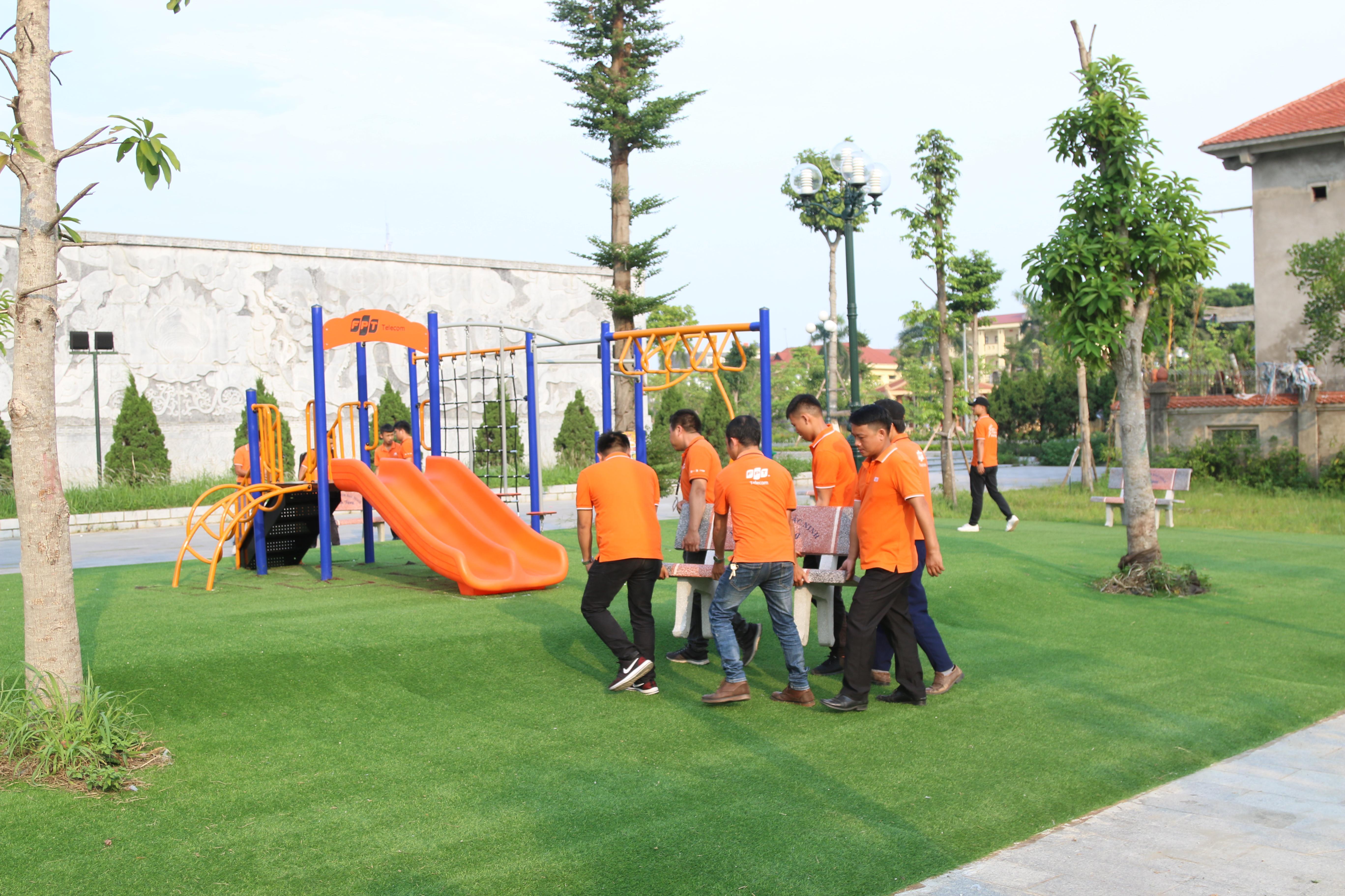 Từ đầu giờ chiều, CBNV FPT Telecom Bắc Ninh cùng kê lại hàng ghế đá xung quanh sân chơi, dọn dẹp lại khu sân chơi ngay ngắn, thẳng đẹp. Theo Ban tổ chức, việc xây dựng sân chơi cho trẻ em của chiến dịch FoxStep đã nhận được sự quan tâm và ủng hộ của nhiều địa phương trên khắp các tỉnh thành Việt Nam.