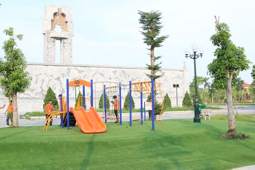 Sân chơi cho trẻ em tại Công viên Đình Bảng, thị xã Từ Sơn, Bắc Ninh là món quà đầu tiên từ FoxSteps, sau hành trình không ngừng nỗ lực chinh phục 13 vòng Trái đất của tập thể CBNV FPT Telecom xuyên suốt trong tháng 8 vừa qua.