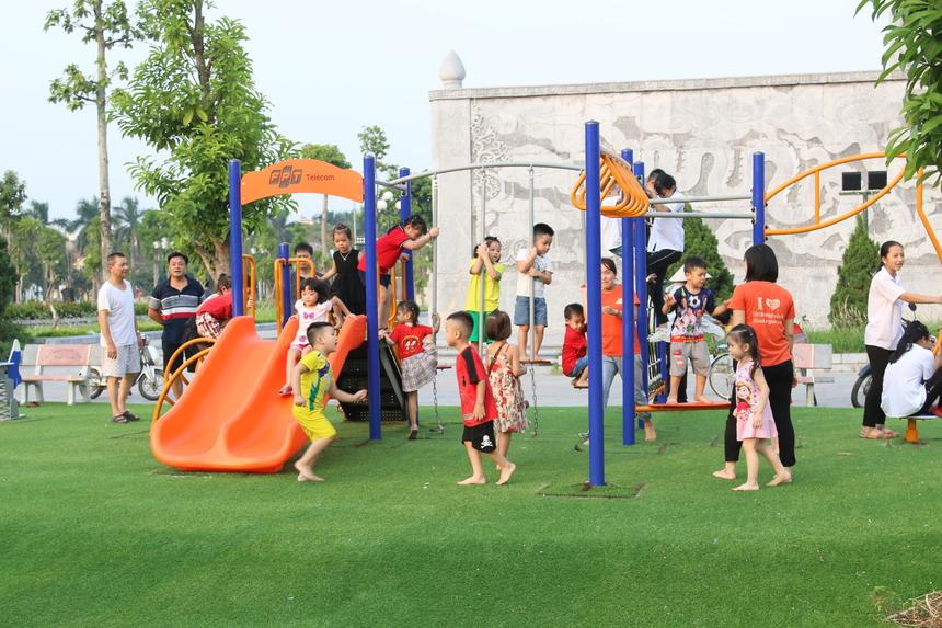 """Nhìn con và nhiều trẻ em đến khu vui chơi, anh Nguyễn Thế Nam bày tỏ: """"Khu vui chơi này rất thiết thực, có được không gian vui chơi, giải trí cho các cháu và tôi mong rằng FPT Telecom cũng như lãnh đạo địa phương quan tâm hơn nữa thế hệ mai sau của đất nước""""."""