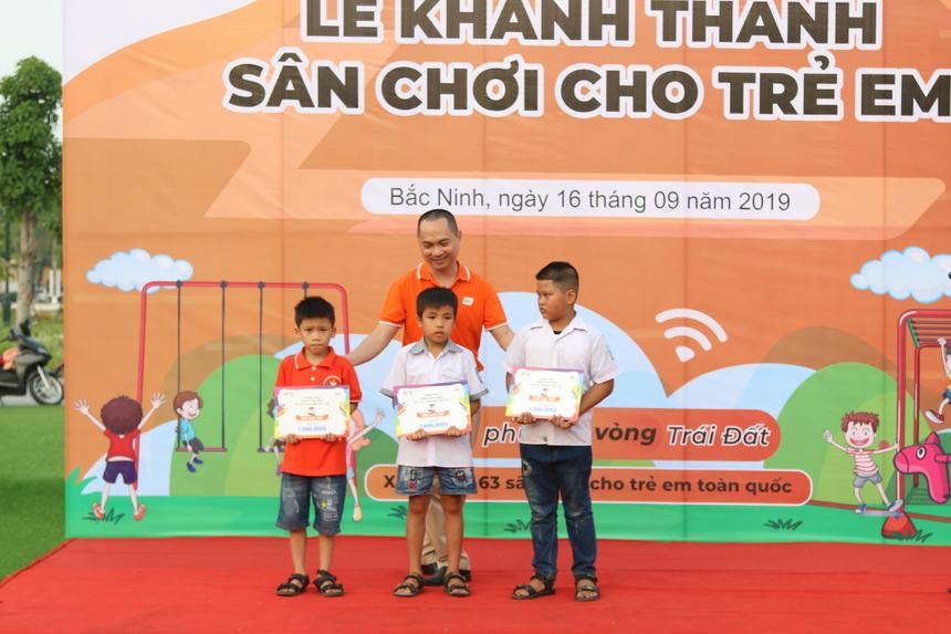 PTGĐ FPT Telecom Hoàng Trung Kiên trao tặng 5 suất quà và góc học tập cho các trẻ em có hoàn cảnh khó khăn. Mỗi phần quà trị giá 1 triệu đồng.