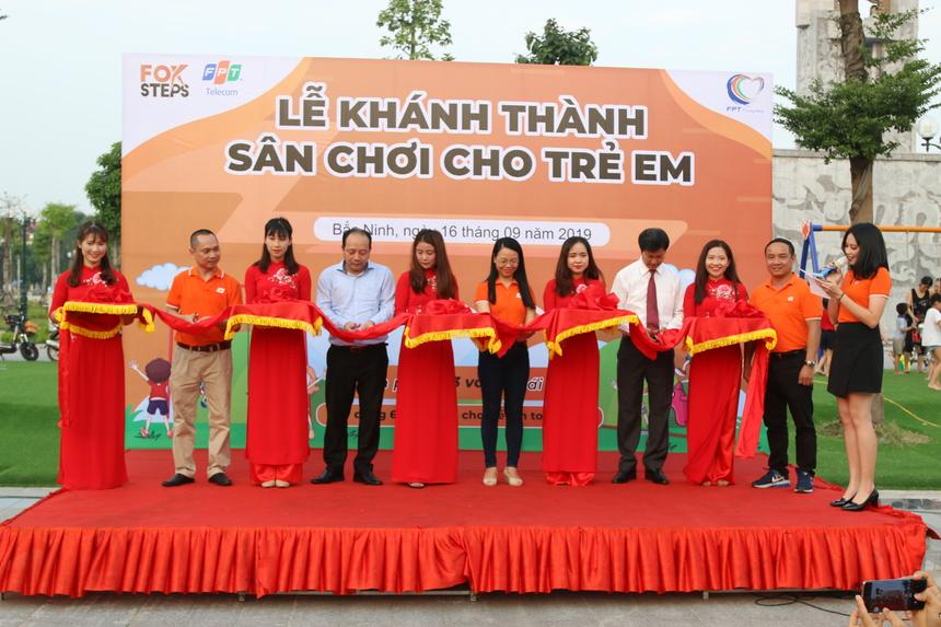 Các lãnh đạo tỉnh Bắc Ninh cùng lãnh đạo nhà Viễn thông cắt băng khánh thành sân chơi cho trẻ em.