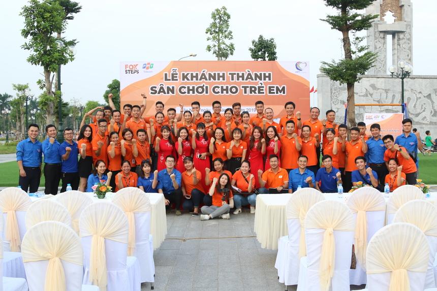 Kết thúc chương trình, mọi người cùng nhau chụp ảnh lưu niệm. Ngày mai (17/9), nhà Viễn thông sẽ tiếp tục khánh thành sân chơi cho trẻ em tại Vĩnh Phúc, ngày 19/9 khánh thành tại Bắc Giang.
