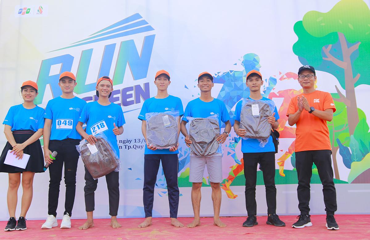 GĐ FPT Telecom Bình Định - anh Hoàng Anh đại diện trao tặng Balo 2X cho4 VĐV nam và 4 VĐV nữ về đích sớm nhất đường chạy. Hai chiếc Balo 2X cũng đã dành tặng cho phần bốc thăm may mắn.