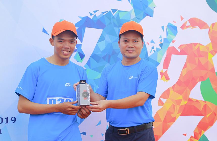 Về đích sớm nhất, VĐV Quốc Dương, FPT Telecom, nhận được chiếc đồng hồ Garmin Forerunner.