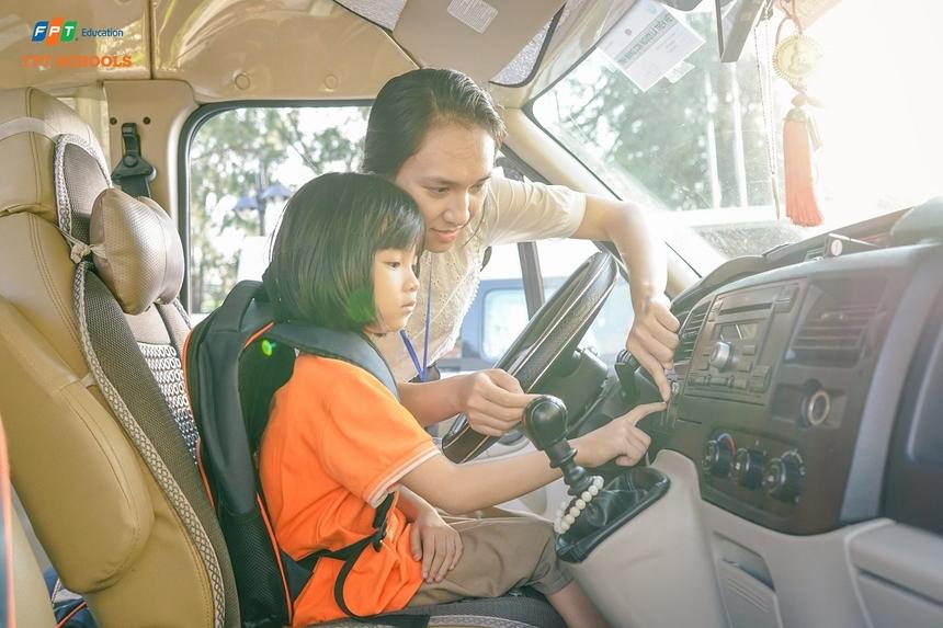 Việc ngày càng nhiều học sinh bị bỏ quên trên xe ô tô, trường Tiểu học và THCS FPT cơ sở Đà Nẵng đã tổ chức tập huấn và thực hành các kỹ năng ứng phó với sự cố tương tự. Khóa học bắt đầu từ giữa tháng 9 và kéo dài cho đến hết năm học nhằm giúp học sinh nắm bắt cả lý thuyết và thực hành.
