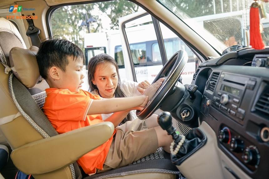 Đại diện nhà trường cho biết, khóa học ứng phó khi bị bỏ quên trên xe ô tô nằm trong tiết học kỹ năng sống. Do số lượng học sinh đông nên nhà trường chia nhỏ từng nhóm để tất cả đều có cơ hội thực hành và nắm bắt một số phương pháp cơ bản.