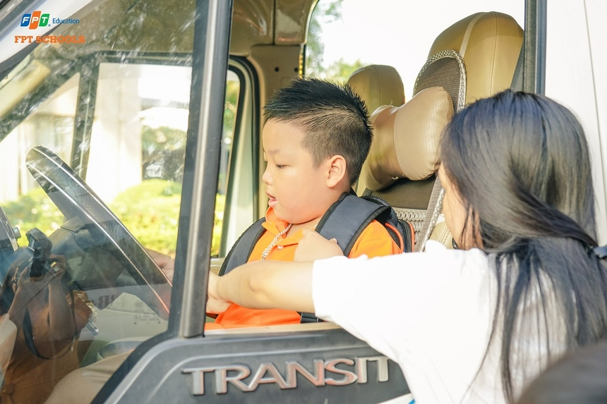 Anh Lê Văn Duẫn, Hiệu trưởng FPT School cơ sở Đà Nẵng, cho biết bên cạnh việc thắt chặt quy trình đưa đón, giao nhận trẻ, tất cả học sinh đều được tập huấn và thực hành các kỹ năng ngay trên xe. Bên cạnh đó, các gia đình có xe ô tô hoặc thường xuyên đi ô tô cũng nên hướng dẫn con thực hành trên nhiều loại xe để giúp các em nhanh nhạy hơn khi gặp sự cố.