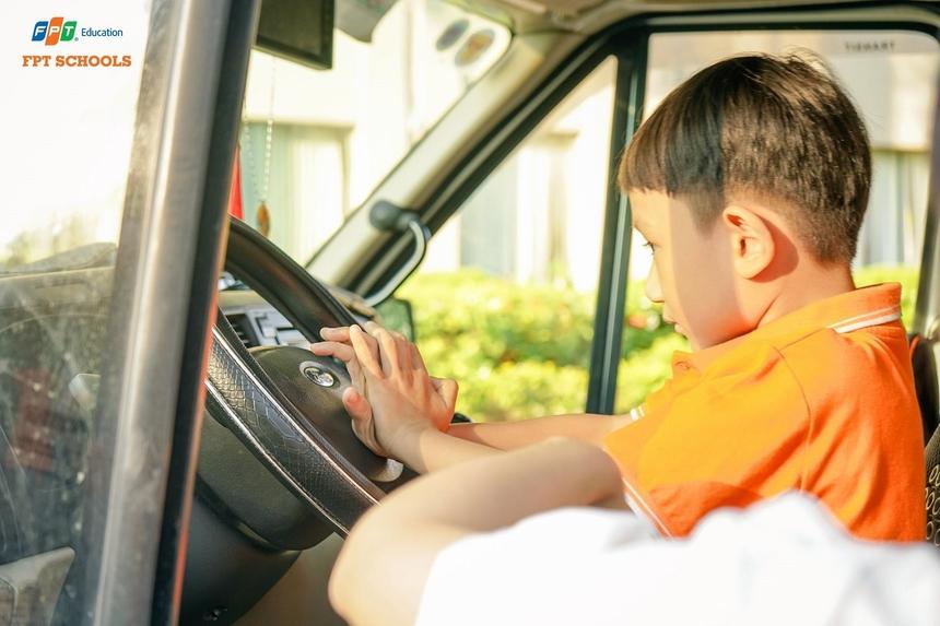 Vừa qua, UBND thành phố đã có văn bản yêu cầu các sở, ngành chức năng và các địa phương tăng cường công tác quản lý bảo đảm an toàn giao thông đối với xe đưa đón học sinh trên địa bàn thành phố. Thành phố chỉ đạo tất cả cơ sở giáo dục, từ bậc mầm non đến THPT có tổ chức đưa đón học sinh đến trường bằng ô tô phải lựa chọn, ký hợp đồng vận chuyển với đơn vị kinh doanh vận tải có đủ điều kiện kinh doanh vận tải theo quy định của pháp luật.