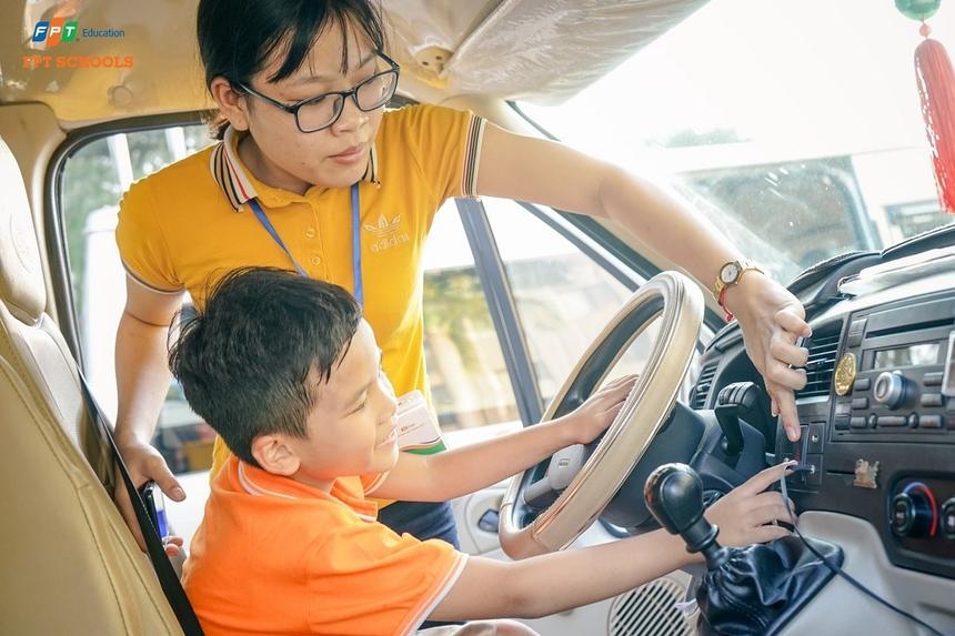 Học sinh được giáo viên hướng dẫn sử dụng một số chức năng trên xe ô tô để kịp thời phát hiện bị bỏ quên. Trong đó, học sinh cần nhanh chóng nhấn còi xe và bật đèn khẩn cấp. Kết hợp hai cách trên sẽ dễ dàng gây sự chú ý, và nhanh chóng được phát hiện.