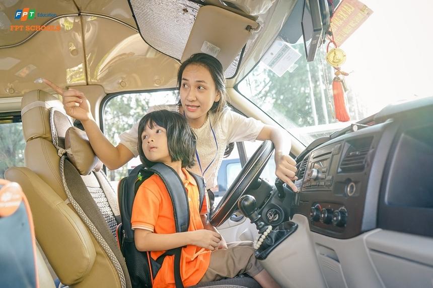 Ở một số loại xe khác, khi cố ý mở cửa mà không có chìa, xe tự động mở còi chống trộm, điều này cũng gây chú ý cho mọi người xung quanh. Với những xe đời cũ có cửa sổ mở bằng tay, việc thử dùng sức mở các cửa này cũng là một cách có thể giúp trẻ thoát thân.