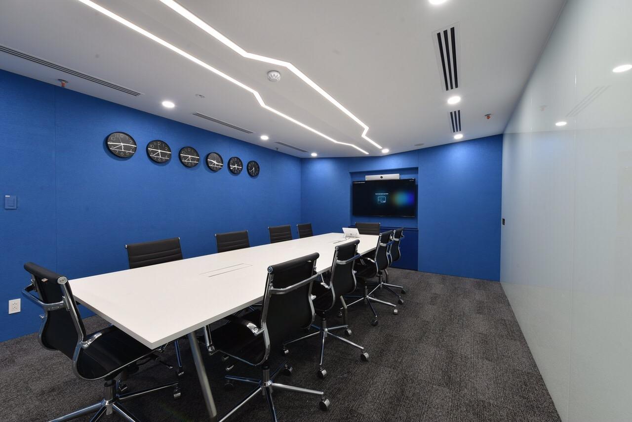 Có phòng họp VIP (được trang bị hệ thống Telepresence và Teleconference), tạo thuận lợi cho các CBNV trao đổi công việc cũng như làm việc từ xa.