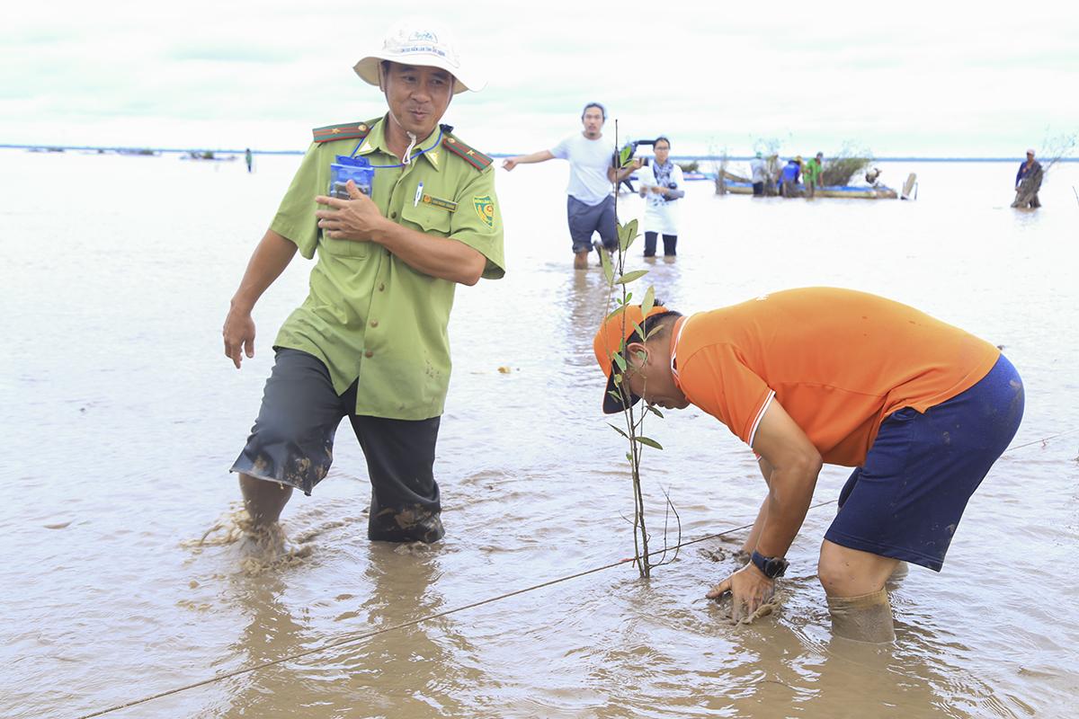 Anh Trần Minh Hùng - Giám đốc FPT Software Cần Thơ là người trồng cây bần đầu tiên của chương trình.