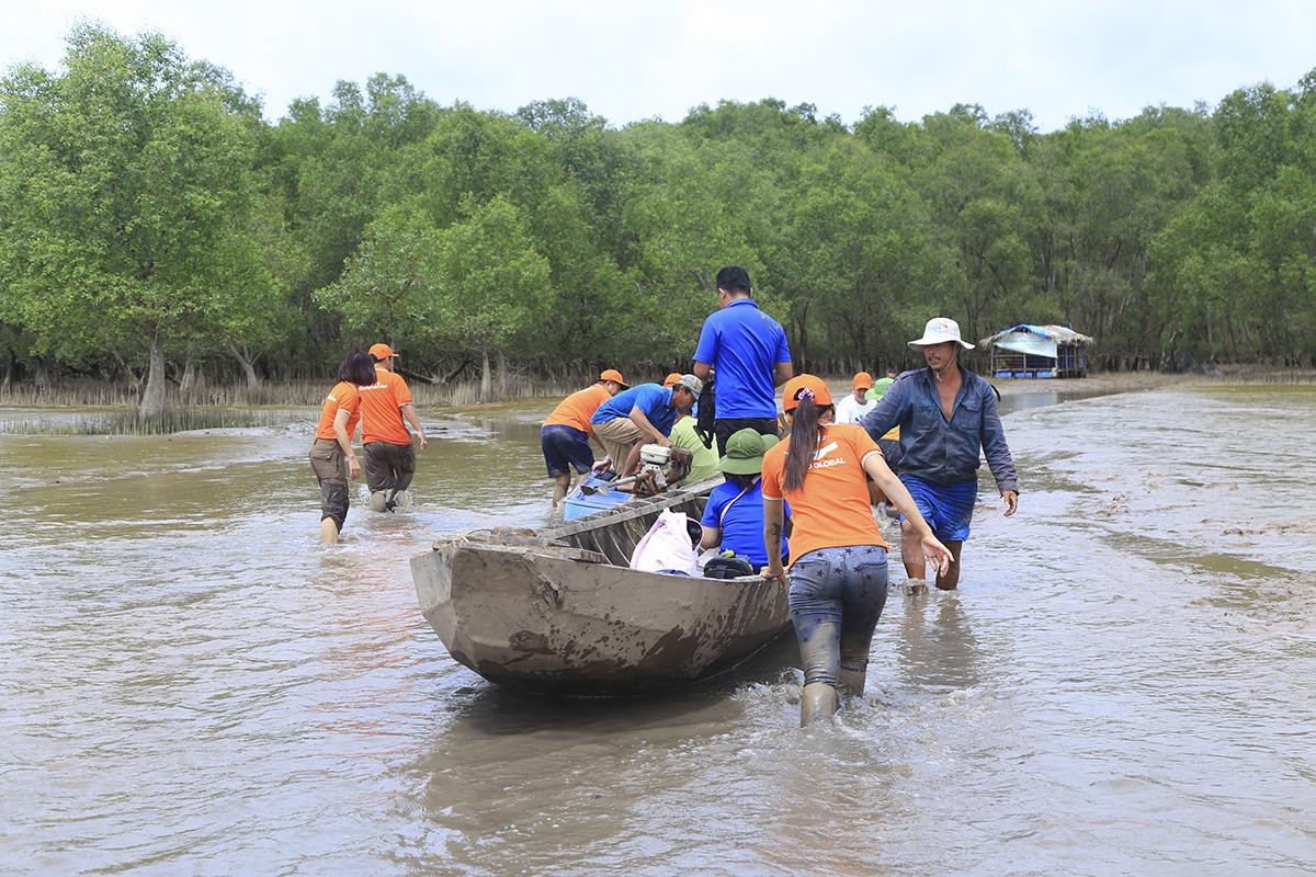 Để trồng được 2.000 cây bần ở khu vực cửa biển, các thành viên trong đoàn đã phải chờ đợi hơn 1 giờ đồng hồ để nước triều rút và lội trong sình lầy trồng cây trước khi kết thúc chương trình vào lúc 12h trưa, để kịp tránh nước lên.
