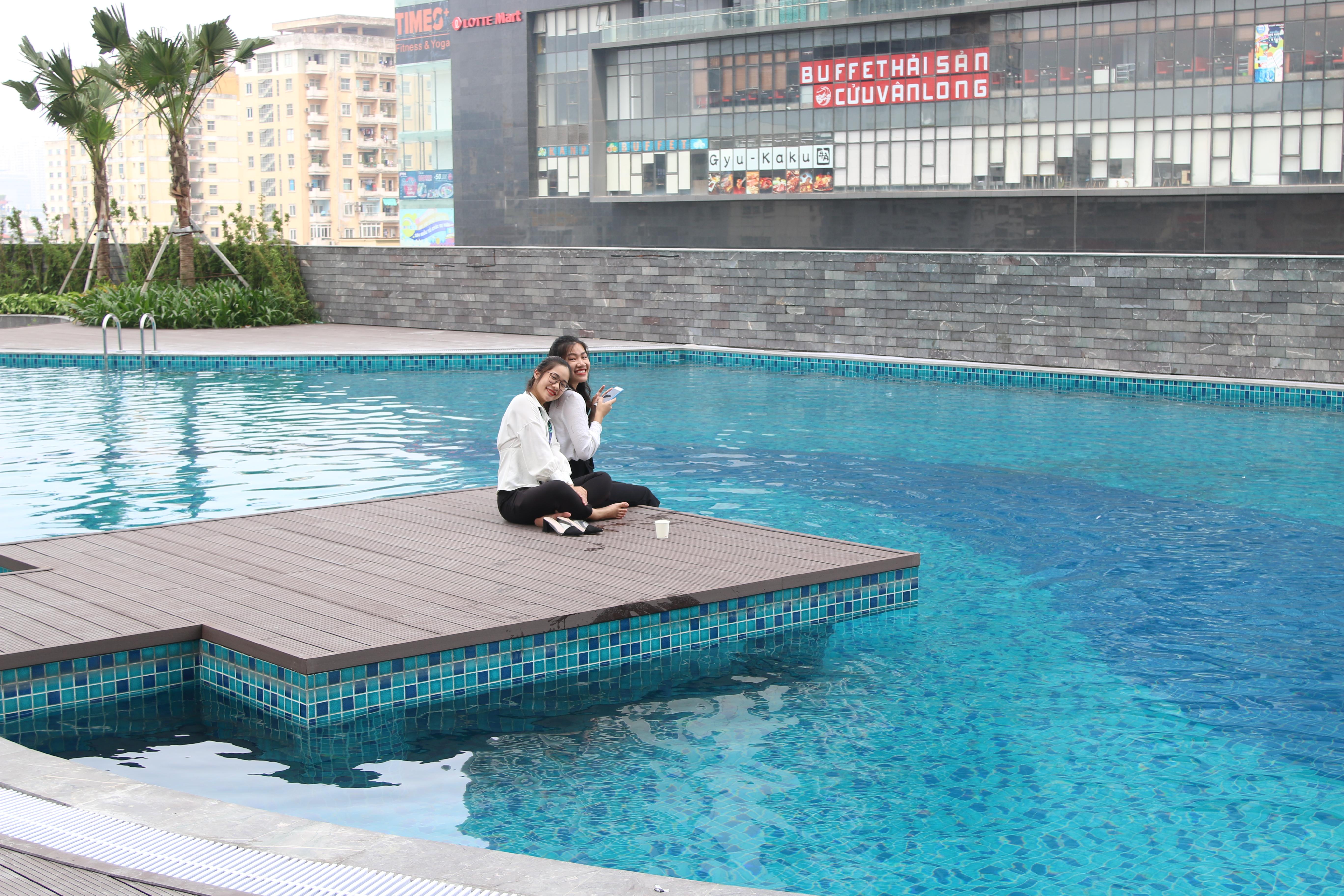 Bể bơi dưới tầng 6 là nơi lý tưởng cho CBNV khi làm việc tại đây. Mọi người có thể thư giãn bơi lội sau giờ nghỉ, và đây cũng là góc sống ảo của các chị em.