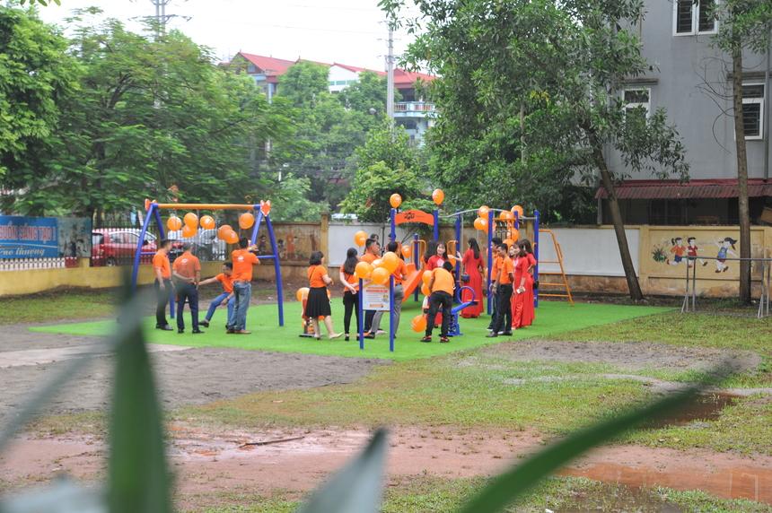 6h sáng nay, hơn 30 CBNV FPT Telecom chi nhánh Bắc Giang đã có mặt tại địa điểm trường Tiểu học Cầu Gồ (Yên Thế - Bắc Giang) để chuẩn bị cho chương trình trao và khánh thành sân chơi cho trẻ em tại địa bàn.