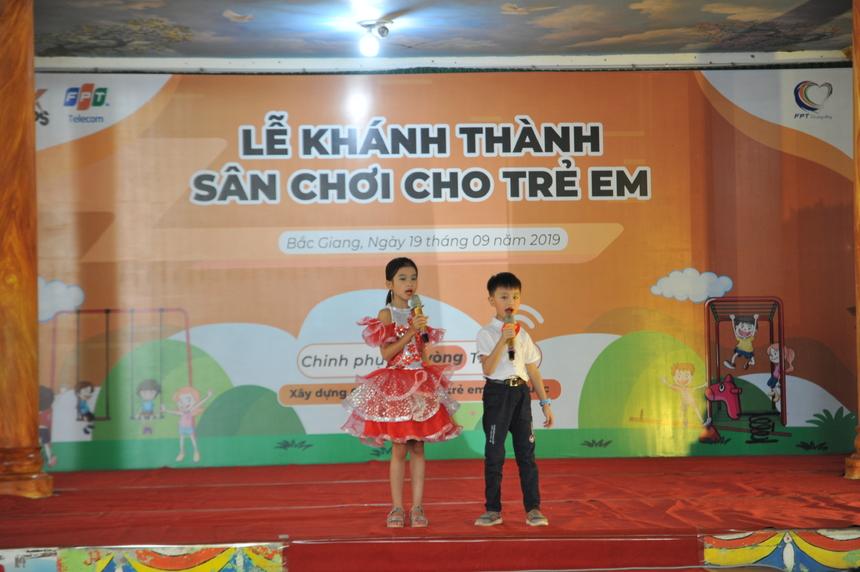8h chương trình bắt đầu với màn văn nghệ của các em học sinh. Những ánh mắt ngây ngô, bỡ ngỡ xen lẫn hào hứng của học sinh khiến đoàn áo cam càng thêm hạnh phúc khi được thực hiện hoạt động ý nghĩa.
