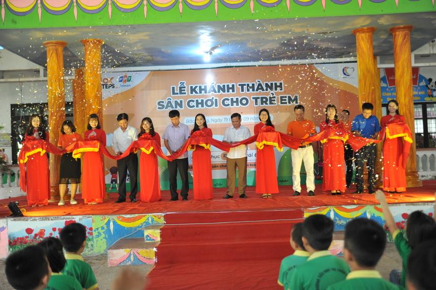 Lễ khánh thành diễn ra trong tiếng vỗ tay giòn giã của hơn 600 hoc sinh và giáo viên trong trường. Hồ hởi, vui tươi là những từ khoá để diễn tả cho không khí của lễ cắt băng khánh thành.
