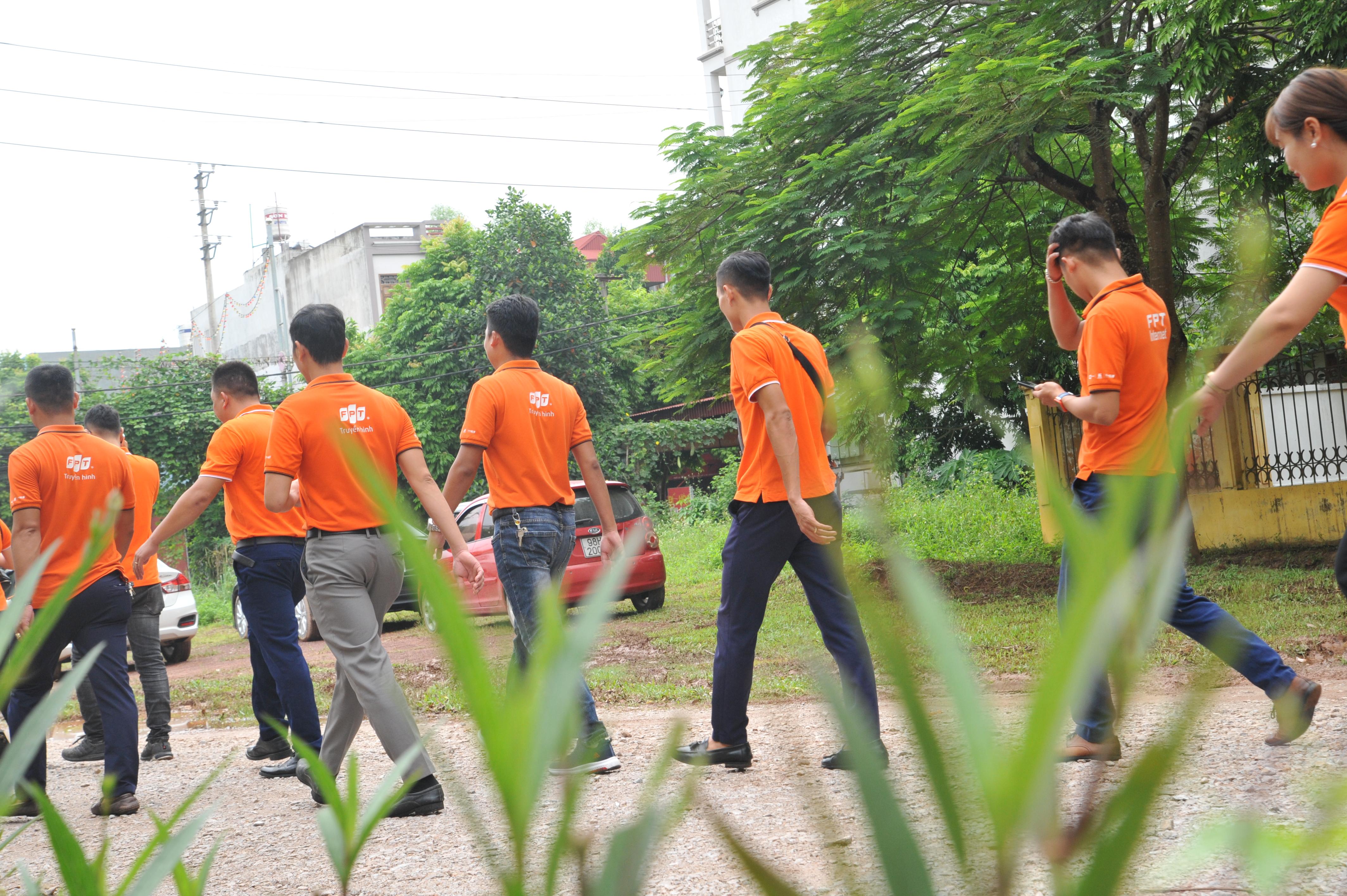 Hiện tại, FPT Telecom đã tiến hành trao và khánh thành 6 sân chơi cho trẻ em trên toàn quốc. Dự kiến trong tuần tới, đơn vị sẽ đi đến các địa điểm ở Điện Biên, Lào Cai... những địa điểm các xa trung tâm để các em nhỏ nhanh chóng tiếp cận được vơi khu vui chơi. Dự án khu vui chơi được xuất phát từ chương trình FoxSteps - chinh phục 13 vòng trái đất của FPT Telecom. FoxSteps là chiến dịch của FPT Telecom từ ngày 5/8 - 28/8, nhằm mục đích lan toả những cảm hứng sống tích cực tới từng cán bộ, nhân viên đồng thời đồng hành cùng cộng đồng chung tay vì tuổi thơ trọn vẹn của trẻ em Việt Nam. Theo đó, 10.000 người thuộc công ty sẽ đi bộ liên tục trong vòng 31 ngày, nhằm chinh phục 13 vòng trái đất - tức 520.000 km. Mục tiêu của chiến dịch FoxSteps là xây dựng sân chơi hoàn toàn miễn phí cho trẻ em trên các tỉnh thành cả nước với đầy đủ các trang thiết bị vui chơi tiện nghi. Mỗi kilomet người FPT Telecom đi được sẽ được đóng góp vào quỹ xây dựng sân chơi.