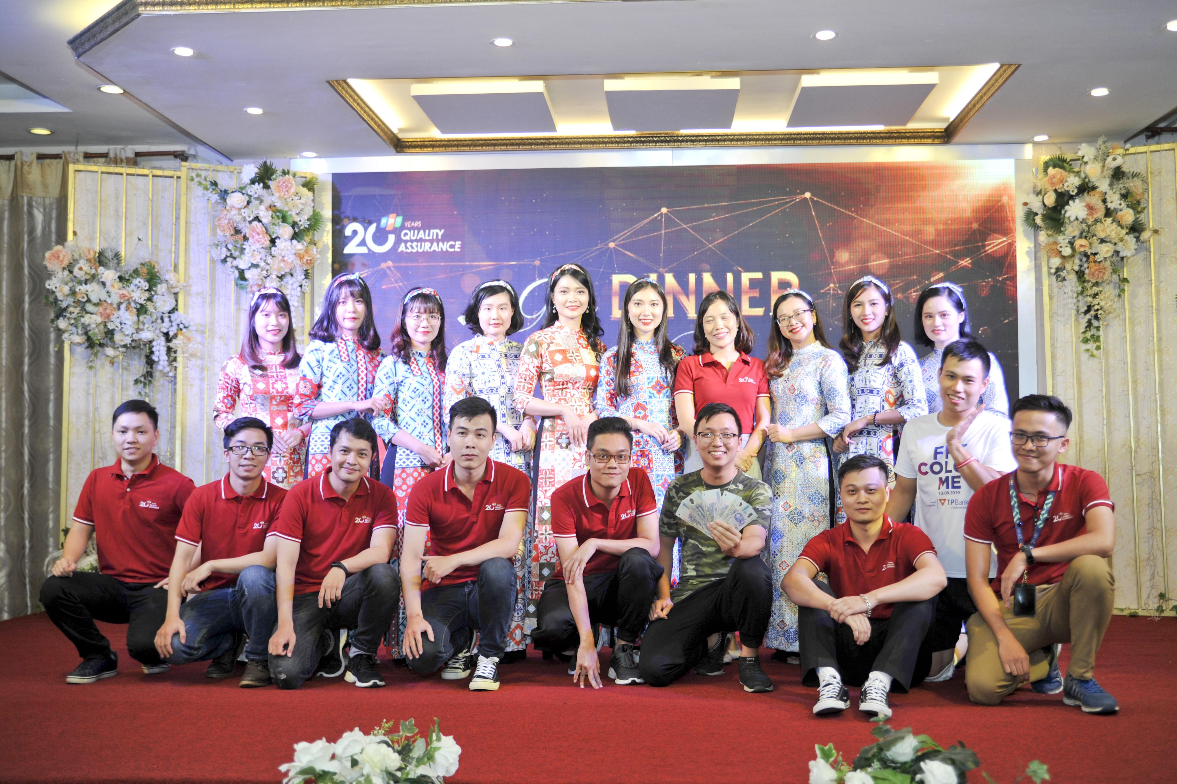 Trình diễn tự tin, trẻ trung, cả 9 cặp đôi đều ghi điểm tuyệt đối. Chị Kim Phương tặng món quà chung cho tất cả các cặp đôi.