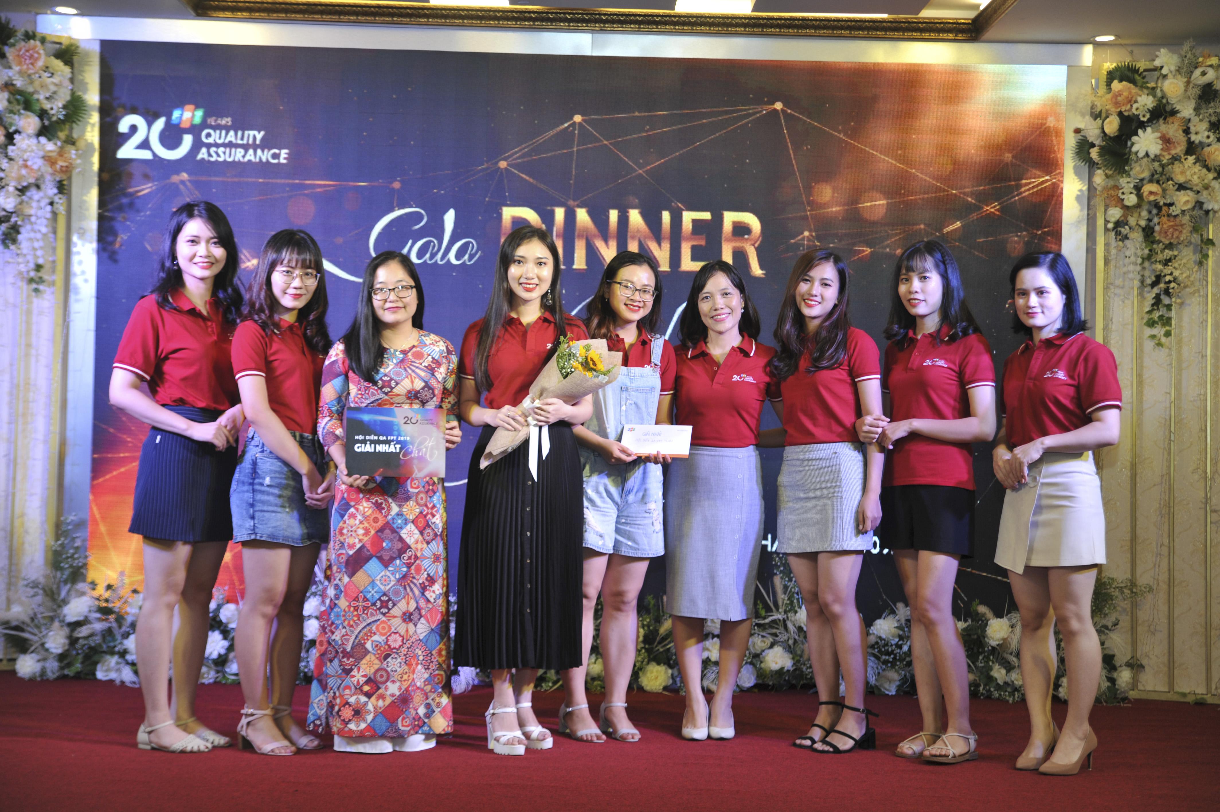Chị Kim Phương đại diện BGK trao giải nhất cho các cô gái FPT Software.