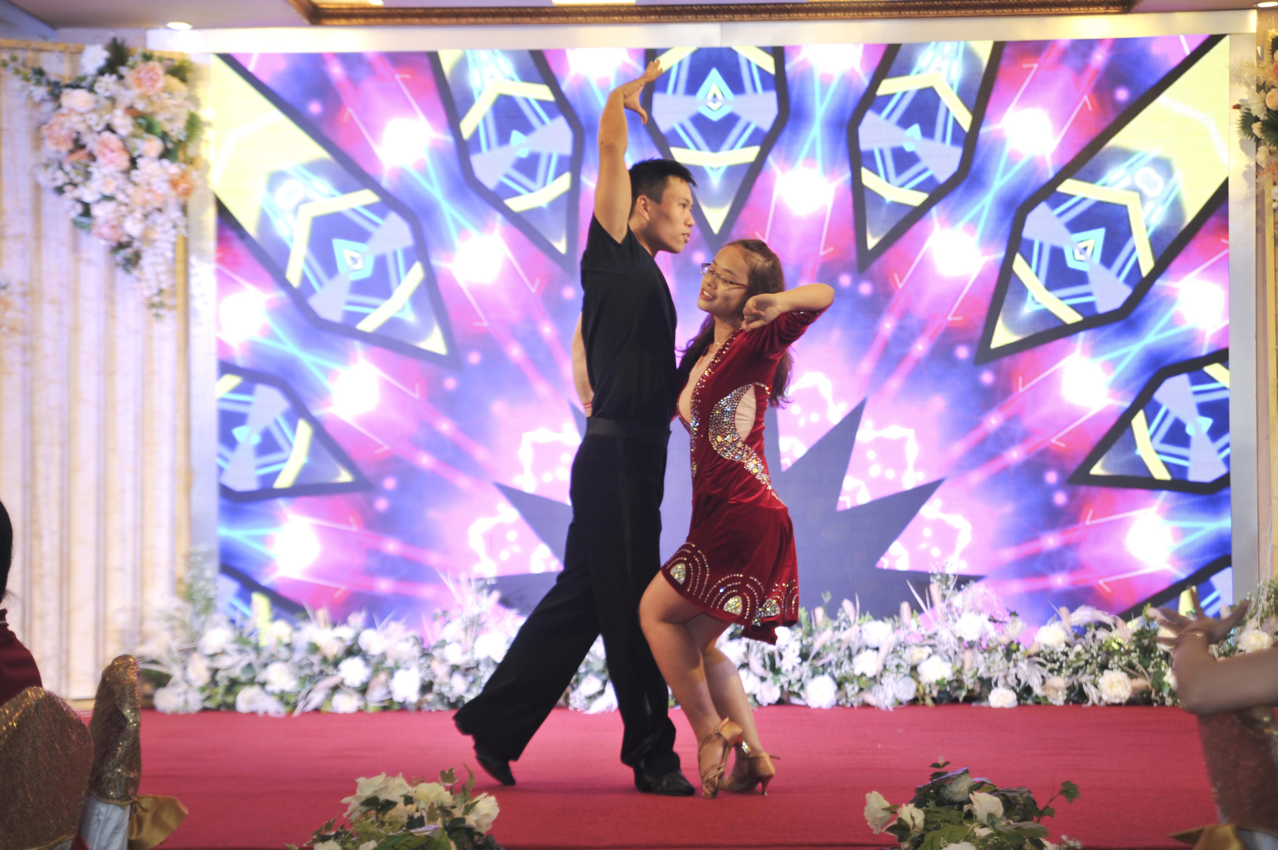 Bữa tiệc được hâm nóng bằng màn khiêu vũ latinh của bộ đôi nhà Hệ thống.