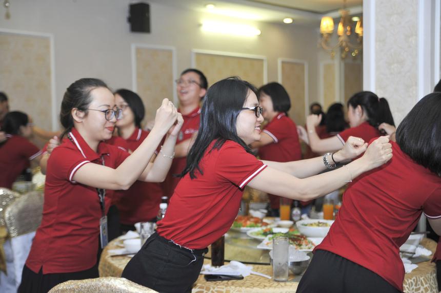 Dưới sự dẫn dắt của MC, toàn thể CBNV cùng vận động làm 'nóng' không khí trước khi bước vào phần chính của bữa tiệc.