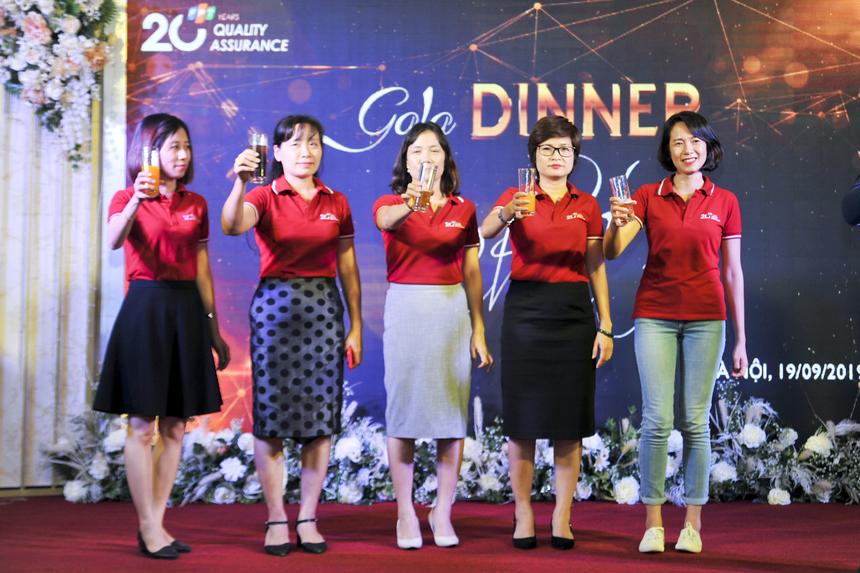Chị Nguyễn Thị Kim Phương cùng các lãnh đạo ban chất lượng CTTV cùng nâng ly chúc mừng 20 năm QA FPT.