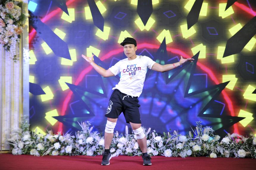 """Anh Lê Dũng đến từ FPT IS góp vui tiết mục nhảy solo trên nền nhạc """"Thích rồi đấy"""" - Suni Hạ Linh. Những bước nhảy uyển chuyển, tự tin của Lê Dũng nhận được rất nhiều tiếng hò hét, cổ vũ của các chị em phía dưới."""